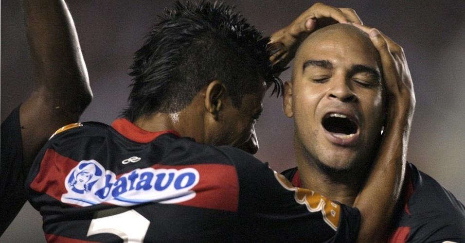 Léo Moura (e) e Adriano comemoram gol do Flamengo sobre o Universidad Católica na Copa Libertadores