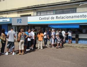 Gremistas fazem fila na central de relacionamentos do Olímpico para garantir presença na final,domingo