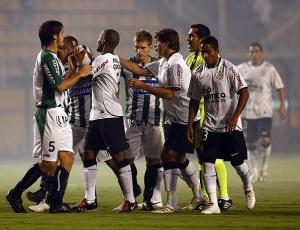 Além de controlar os ânimos dos jogadores de Corinthians e Racing, o árbitro Raúl Orosco ainda teve de ouvir as reclamações de Mano Menezes