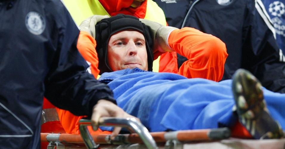 O goleiro Petr Cech é carregado de maca após romper ligamentos do joelho
