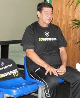 Técnico Joel Santana posa para fotos durante evento do Botafogo
