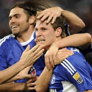 Jogadores comemoram gol da vitória que deixou o Schalke apenas um ponto atrás dos líderes