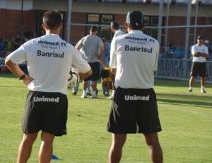 Silas e Marcelo Rospide (costas) observam Leandro; técnico promete força no 2º turno