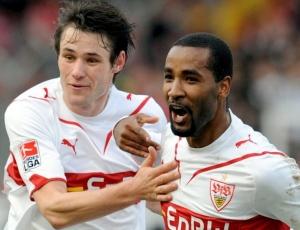 Cacau, do Stuttgart, comemora um de seus dois gols na vitória contra o Eintracht Frankfurt