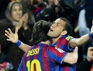 Recuperado de lesão, Daniel Alves recebe abraço de Messi após dar passe para o gol do argentino