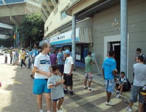 Torcedores movimentaram o Olímpico neste sábado à procura por ingressos para a decisão do Gaúcho