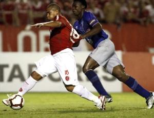Na última partida oficial de Walter, atacante deu passe para o gol da vitória do Inter contra o Emelec