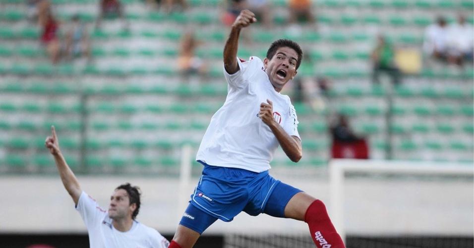 Alisson, do Bahia, comemora o primeiro gol do clássico contra o Vitória no estádio do Pituaçu