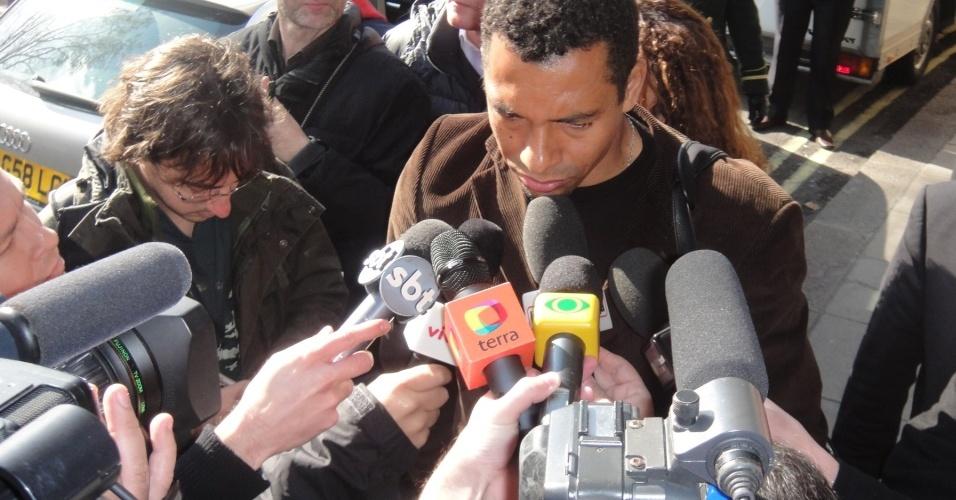 Gilberto Silva dá entrevistas na chegada ao hotel da seleção brasileira em Londres
