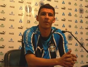 Zagueiro foi apresentado nesta segunda pelo Grêmio