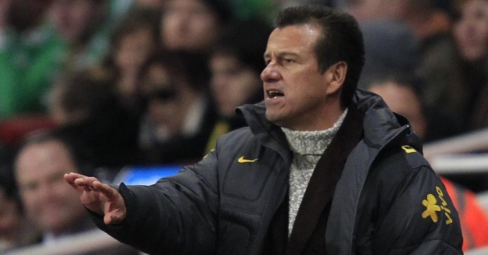Dunga passa instruções ao time do Brasil no amistoso com a Irlanda em Londres