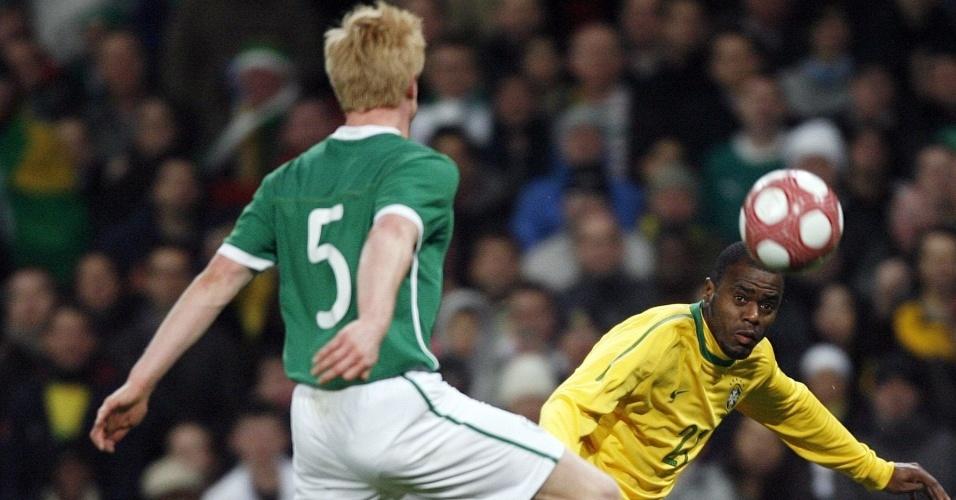 Grafite entrou no lugar de Adriano no 2º tempo do amistoso contra a Irlanda