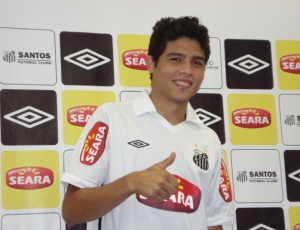 Zezinho foi contratado pelo Santos no fim de fevereiro, e começa a ganhar moral com Dorival.