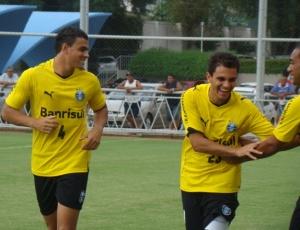 Jogadores do Grêmio em treinamento físico