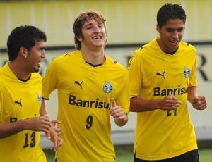 Mário (centro) corre ao lado de Edílson e William Magrão, ainda sem definição de onde irá jogar