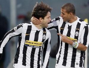 Diego (e) comemora com Felipe Melo gol pela Juventus; o meia pode ir para a Inglaterra