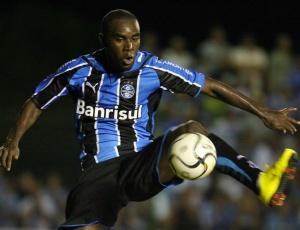 Hugo espera ter bom rendimento para se manter entre os titulares; jogador rejeita transferência
