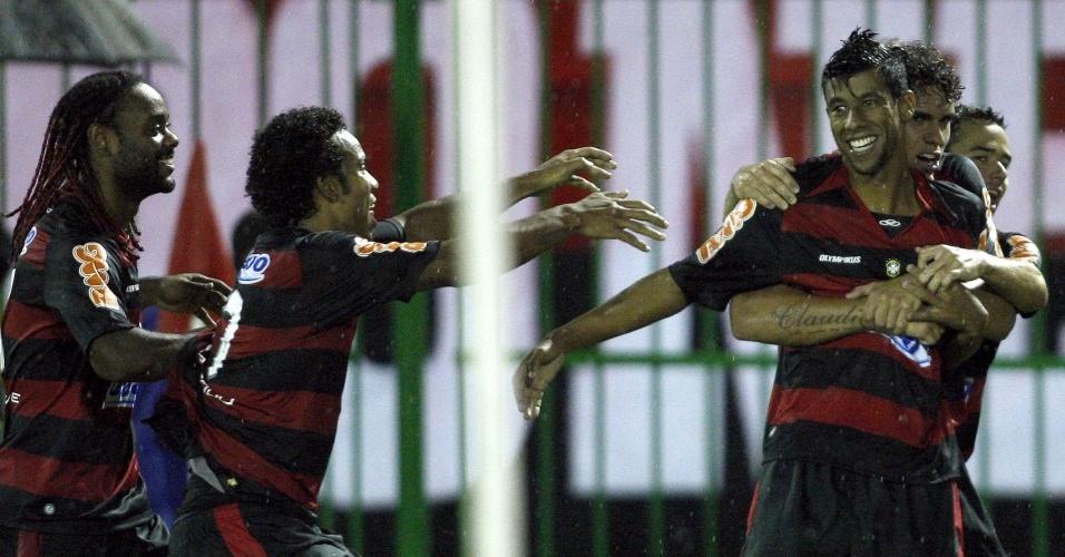 Jogadores do Flamengo comemoram gol de Léo Moura contra o Resende