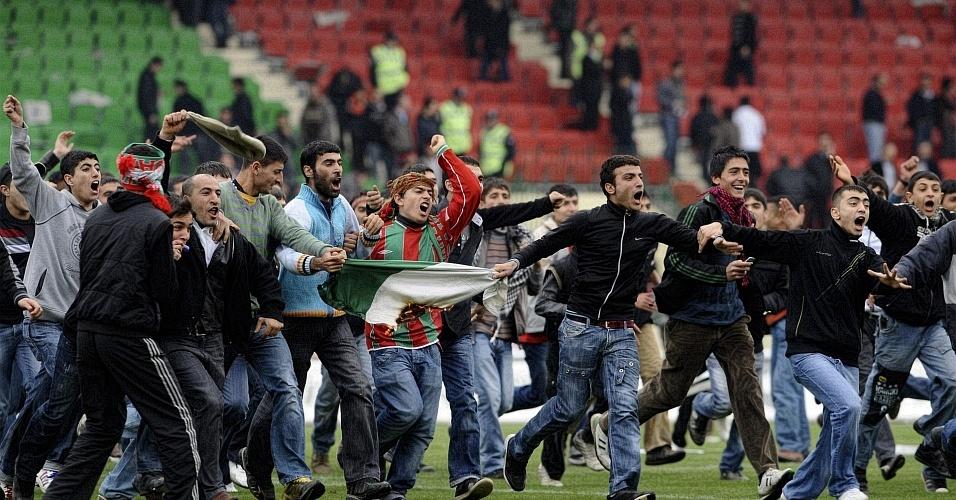 Torcedores do Diyarbakirspor invadem gramado durante jogo contra Bursaspor