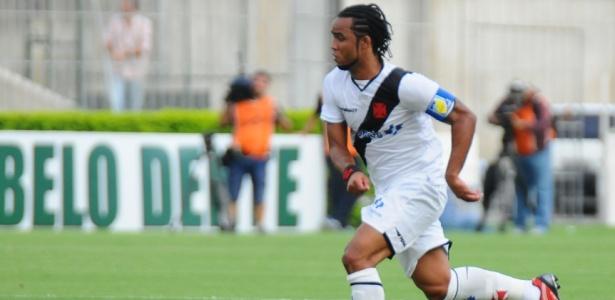 Carlos Alberto parte com a bola dominada em lance da partida entre Vasco e Boavista-RJ