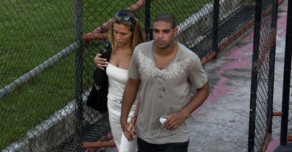 Adriano chega com sua namorada, Joana Machado, a treino do Flamengo