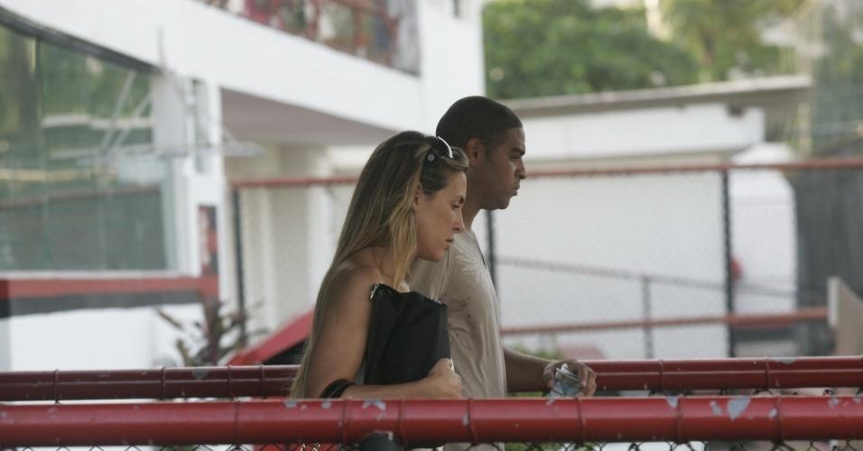 Adriano deixa o Flamengo acompanhado da sua noiva, Joana Machado