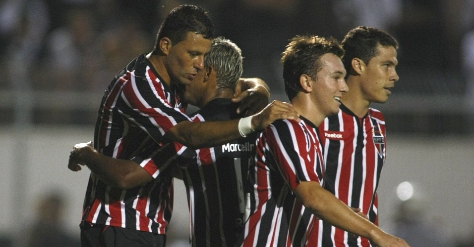Jogadores do São Paulo comemoram um dos gols de Washington na vitória por 2 a 0 sobre a Ponte Preta
