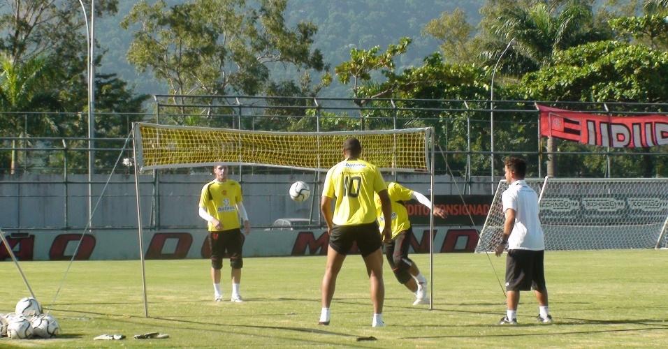Adriano joga futevôlei em seu treinamento especial do Flamengo