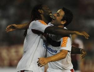 Love vibra com Juan após mais um gol contra o Caracas; Atacante já fez 12 na atual temporada