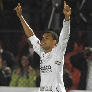 Dentinho comemora gol no empate corintiano contra o Independiente Medellín pela Libertadores