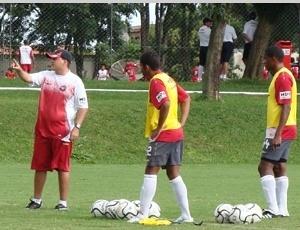 Leandro Niehues (esq.), substituto de Antônio Lopes, mexe no esquema de jogo do antecessor