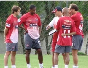Leandro Niehues (centro) orienta jogadores, antes da estreia no comando técnico do Atlético