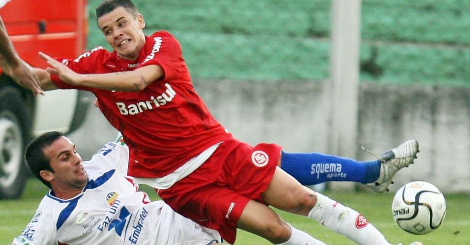 D'Alessandro recebe entrada de rival do Veranópolis em jogo do Inter pelo Campeonato Gaúcho