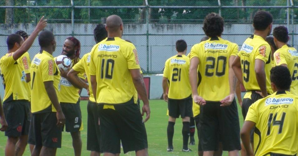 Adriano aparece para treinar no Flamengo numa segunda-feira (15/03), o que é raro