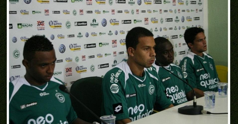 Reforços do Goiás falam com a imprensa durante a apresentação