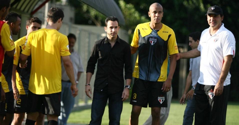 Hélio Castroneves posa ao lado do zagueiro Alex Silva e do treinador Ricardo Gomes