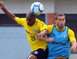 Fábio Rochemback e Henrique brigam para voltar a serem titulares no meio de campo do Grêmio