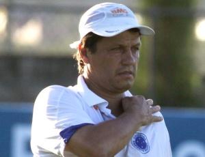 Adilson Batista (f) diz que Gílson Kleina tem opções para suprir possíveis desfalques do time do Ipatinga