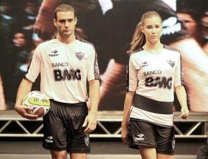 Camisa rosa de treino, exibida por modelos, começa a ser usada pelos jogadores, neste sábado
