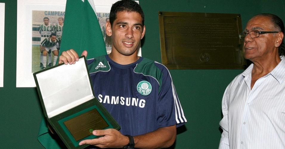 Diego Souza recebe a placa das mãos do ídolo alviverde César Maluco
