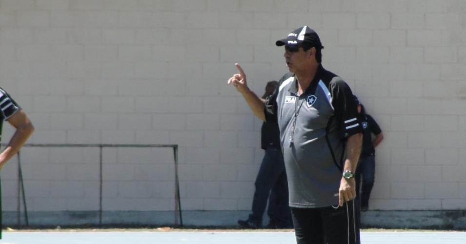 Joel Santana comanda um treinamento do Botafogo