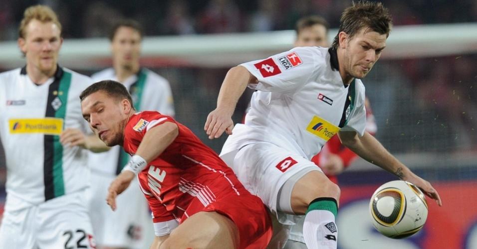 Podolski disputa bola com Marx no empate entre Colônia e Borussia Mönchengladbach