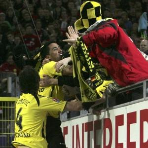 Argentino Lucas Barrios comemora um de seus gols com a torcida do Borussia Dortmund