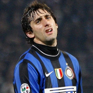 Diego Milito se lamenta; empate da Inter contra Palermo abre chance para o Milan assumir a ponta