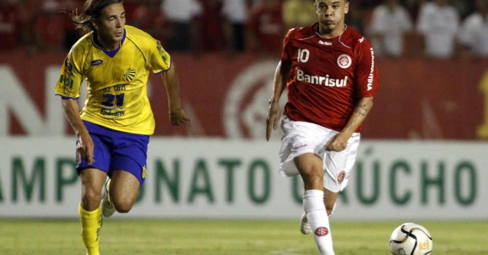 D'Alessandro, meia do Inter, em ação contra o Pelotas