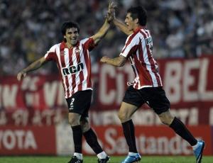 Sosa (d) comemora com Brana ao marcar um dos gols do Estudiantes contra o Bolívar nesta terça