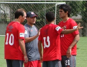 Técnico Leandro Niehues (centro) dirige Atlético contra ex-time, nesta quarta, pelo Paranaense