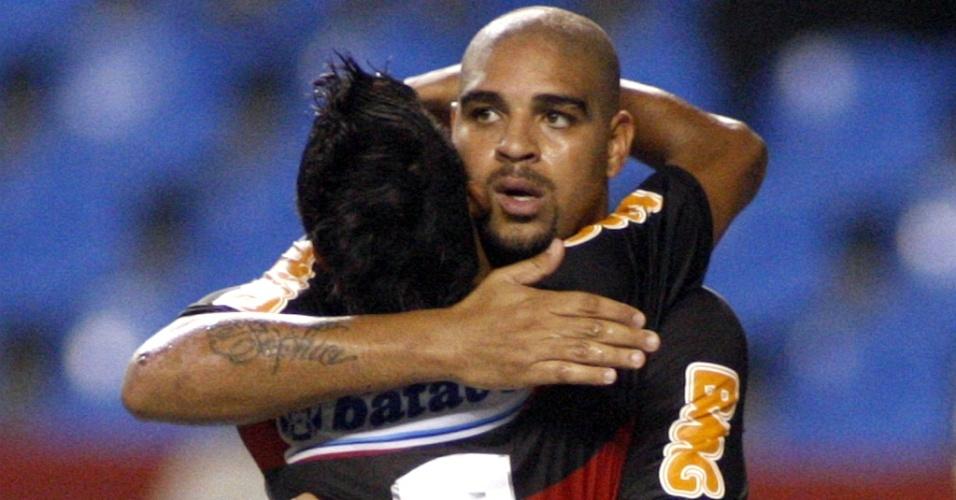Adriano e Léo Moura comemoram gol para o Flamengo contra o Tigres do Brasil