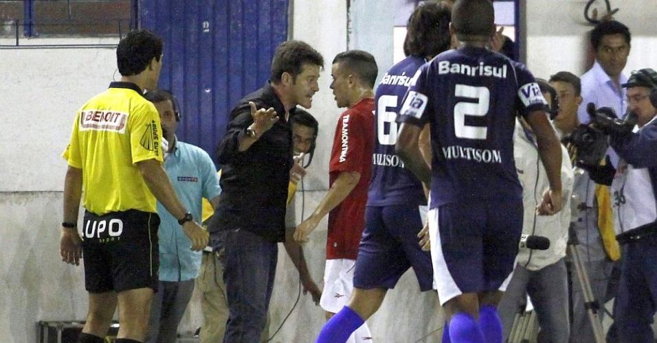 Argel discute com D'Alessandro no final do primeiro tempo de  São José x Inter