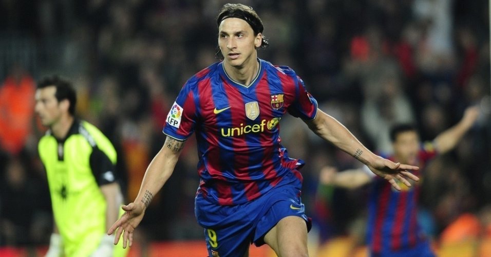 Ibrahimovic comemora gol do Barcelona contra o Osasuna